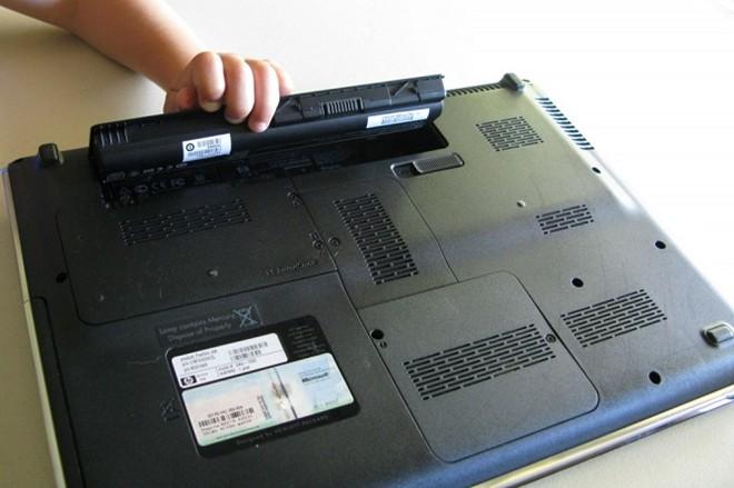 Có nên tháo pin khi cắm sạc laptop Acer?